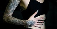 Татуировки на теле у девушки. Архивное фото