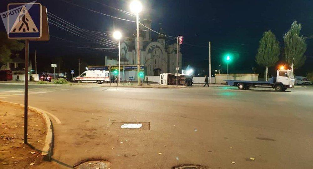 В Бишкеке на пересечении Южной магистрали и улицы Нуркамала Жетикашкаева столкнулись маршрутный микроавтобус и легковой автомобиль