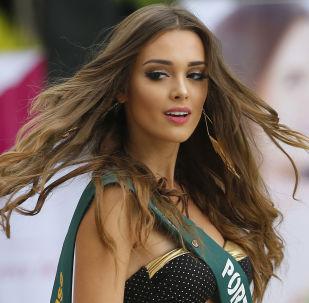 Кандидатка на звание Мисс Земля-2018 во время фотосессии у бассейна