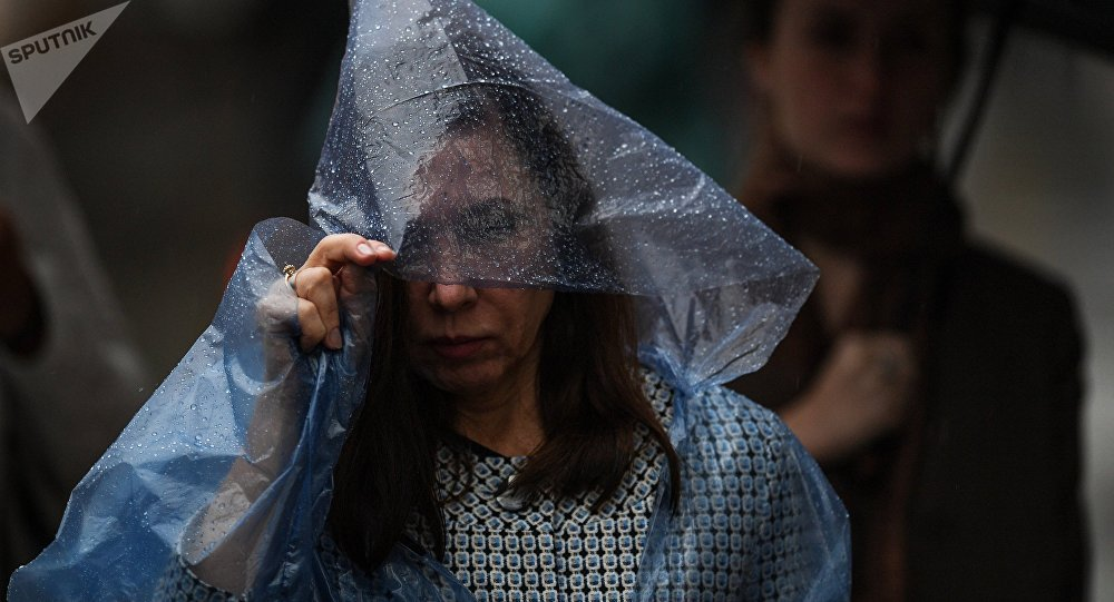 Люди идут во время дождя. Архивное фото