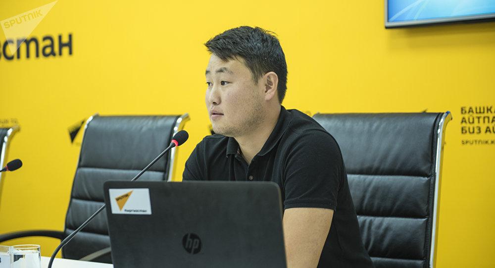 Фотокорреспондент Sputnik Кыргызстан Табылды Кадырбеков во время мастер-класса для студентов факультета журналистики Бишкекского гуманитарного университета