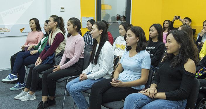 Во время мастер-класса Кадырбеков продемонстрировал свои самые яркие работы и ответил на интересующие студентов вопросы.
