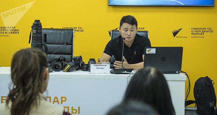 Спикером выступил фотокорреспондент Sputnik Кыргызстан Табылды Кадырбеков, который рассказал об особенностях работы на больших мероприятиях, о самых интересных моментах, которые ему удалось запечатлеть, а также о специфике репортажной фотосъемки на Всемирных играх кочевников