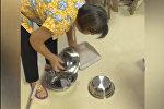 Парень разыграл маму во время уборки — забавное видео