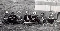 Манасчи, комузисты и акыны на одном фото — архивный снимок 1980 года