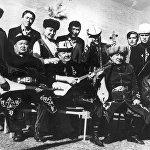 Төкмө акын Токтогул Сатылганов атындагы улуттук филармонияда 45 жыл эмгектенген. Сүрөттө замандаштары менен
