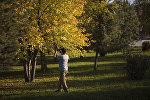 Бишкекчанин торопится запечатлеть осеннюю красоту