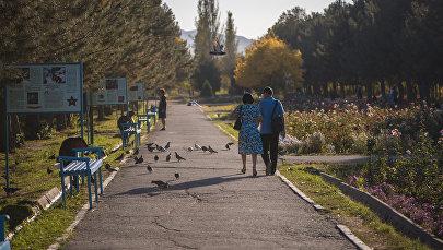 Люди гуляют в парке. Архивное фото