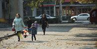 Бишкектин көчөлөрүнүн биринде бараткан жарандар. Архивдик сүрөт