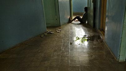 Мальчик сидит на полу в доме. Архивное фото