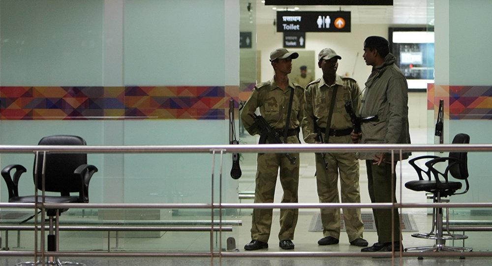 Сотрудники полиции в международном аэропорту в Нью-Дели. Архивное фото