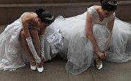 Девушки в платьях. Архивное фото