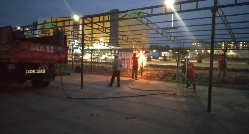 Мэрия Бишкека снесла незаконную парковку на пересечении проспекта Чингиза Айтматова и Южной магистрали в Бишкеке