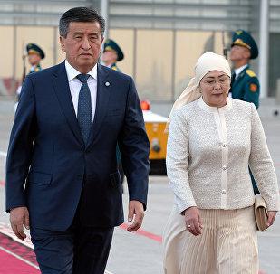 Президент Кыргызстана Сооронбай Жээнбеков и первая леди Айгул Токоева во время встречи президента Турции Реджепа Тайипа Эрдогана в аэропорту Манас. Архивное фото