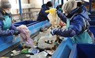 Сотрудники мусоросортировочного завода. Архивное фото