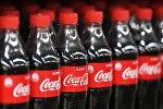 Напиток компании Coca Cola на витрине магазина. Архивное фото