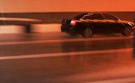 Автомобиль едет на большой скорости. Архивное фото