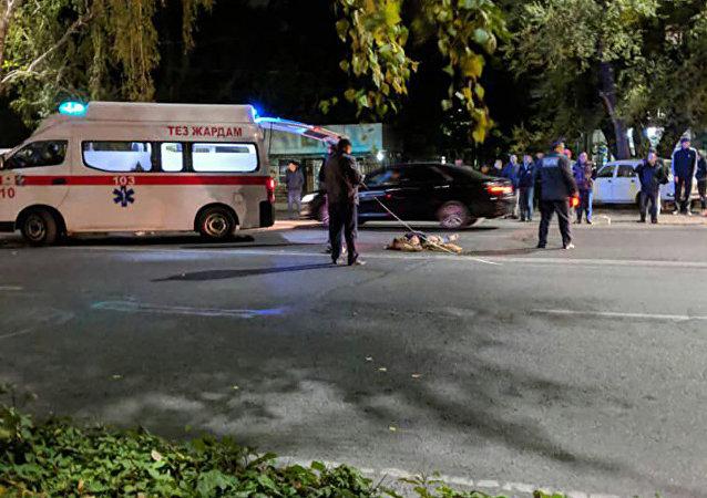 Бишкекте Toyota Camry унаасы эркек кишини коюп кетип жеринде мүрт кетти
