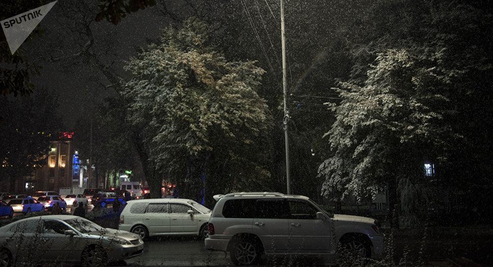 Бишкекте кар жаады. Архивдик сүрөт
