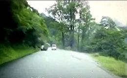 Огромный валун свалился на машину — видео из Китая
