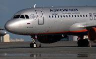 Самолет авиакомпании Аэрофлот на стоянке самолетов в аэропорту. Архивное фото