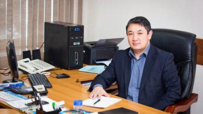Директор Департамента эксплуатации и ремонта ОАО НЭСК Жолдошбек Ачикеев в рабочем кабинете. Архивное фото