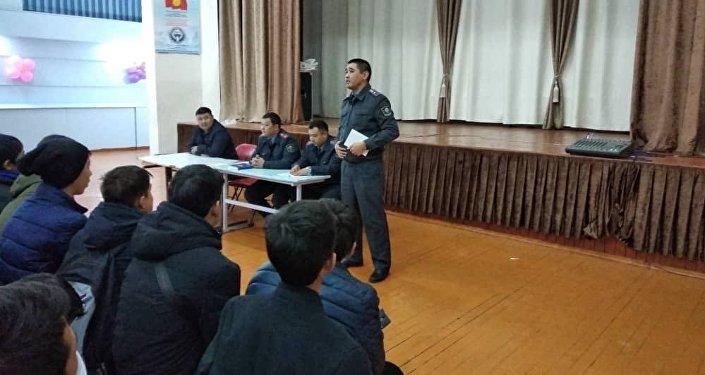 В Бишкеке сотрудники милиции провели лекции для учеников 8–11-х классов