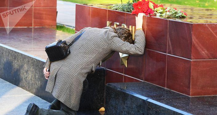 Цветы на памятнике городу-герою Керчи в Александровском саду в Москве в знак траура по погибшим при взрыве в колледже в Керчи.
