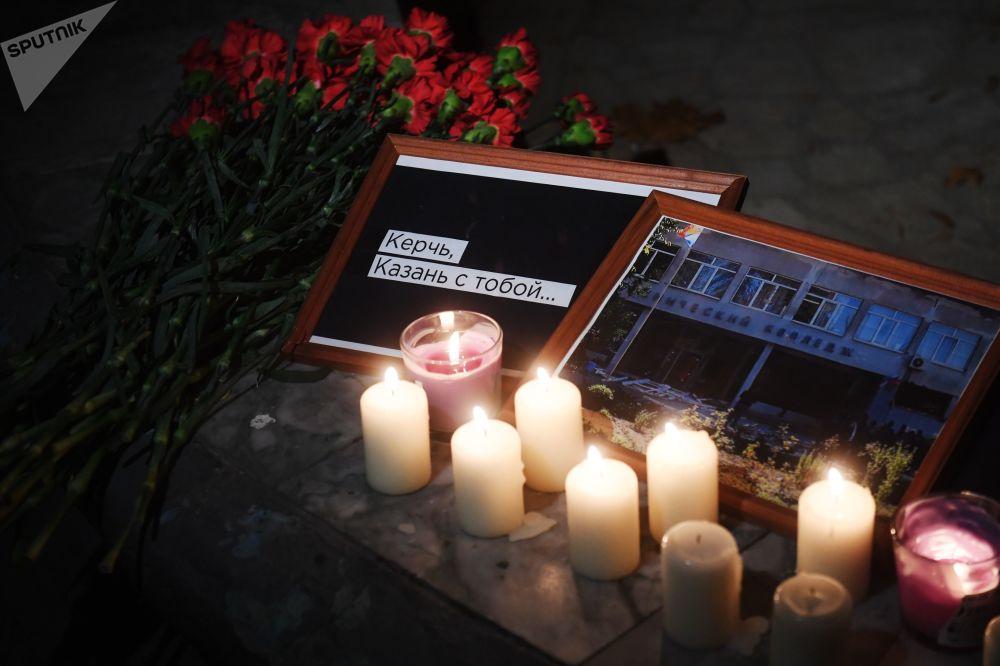 Свечи и цветы в Казани в память о погибших при нападении на керченский колледж.
