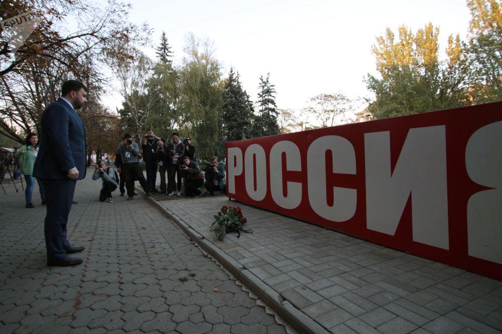 Временно исполняющий обязанности главы Донецкой народной республики Денис Пушилин возложил цветы к стеле Россия в сквере Первомайский в Донецке в знак траура по погибшим при взрыве в колледже в Керчи.