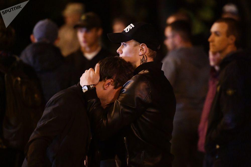 Юноши на улице в Керчи, где в политехническом колледже произошли взрыв и стрельба.
