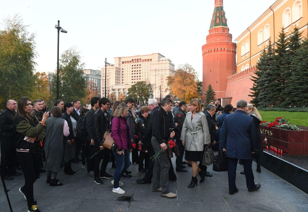 Люди возлагают цветы к памятнику городу-герою Керчь в Александровском саду в Москве в знак траура по погибшим