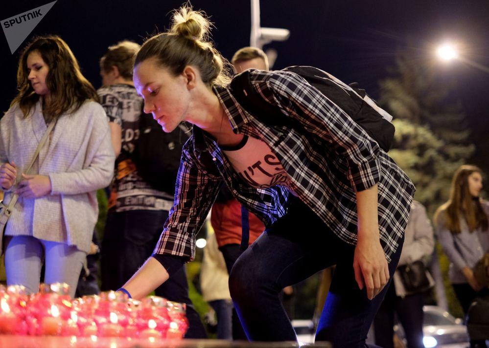 Жители Краснодара зажгли лампадки у импровизированного мемориала во время акции памяти о погибших при нападении на керченский колледж