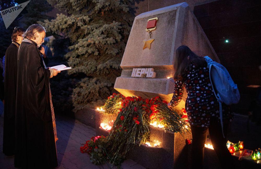 Жители Севастополя участвуют в акции памяти погибших при нападении на керченский колледж