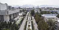 Вид с высоты на аллею Молодежи и здание столичного муниципалитета в Бишкеке. Архивное фото