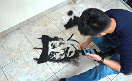 Парикмахер пишет портреты из волос клиентов в Бишкеке — видео