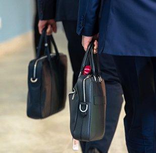 Мужчины с портфелем в руке. Архивное фото