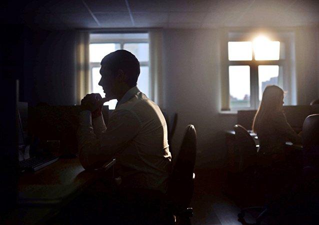 Сотрудник в офисе. Архивное фото