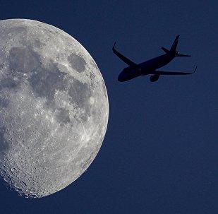Самолет на фоне луны. Архивное фото
