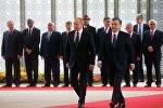 Президент РФ Владимир Путин и президент Узбекистана Шавкат Мирзиеев на церемонии официальной встречи в государственной резиденции Куксарой.