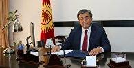 Чрезвычайный и Полномочный посол Кыргызской Республики в Украине Жусупбек Шарипов в рабочем кабинете