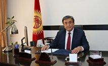Чрезвычайный и Полномочный посол Кыргызской Республики в Украине Жусупбек Шарипов в рабочем кабинете. Архивное фото
