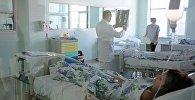 Врач осматривает пациента в больнице. Архивное фото