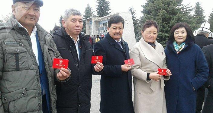 Кыргызстанцы, получившие в советское время звание комсомольцев, и активисты возложили цветы к памятникам Владимиру Ленину, Жусупу Абдрахманову и героям в парке Победы, и почтили их память минутой молчания