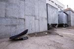 Фуражка сотрудника ГУОБДД МВД возле мусорных контейнеров