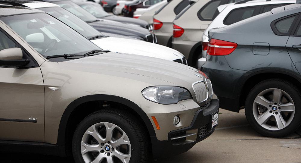 Автомобили BMW X5 в автосалоне. Архивное фото