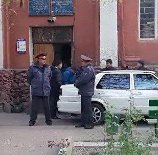Икрамжан Илмияновду сот залынан алып чыгып кетишти. Видео