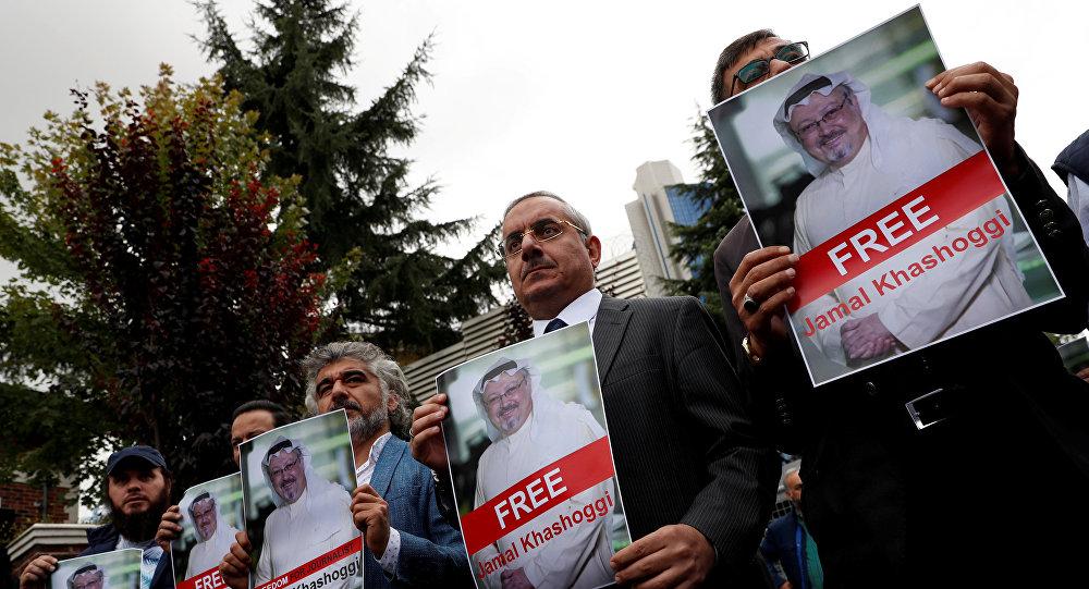 Правозащитники и друзья саудовского журналиста Джамаля Хашукджи во время акции протеста возле консульства Саудовской Аравии в Стамбуле. 8 октября 2018 года.