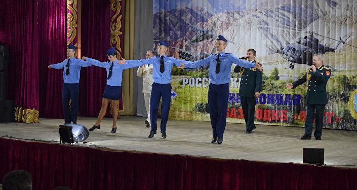 После в Доме культуры Канта прошел концерт, где выступил крупнейший художественный коллектив России — ансамбль имени А. Александрова.