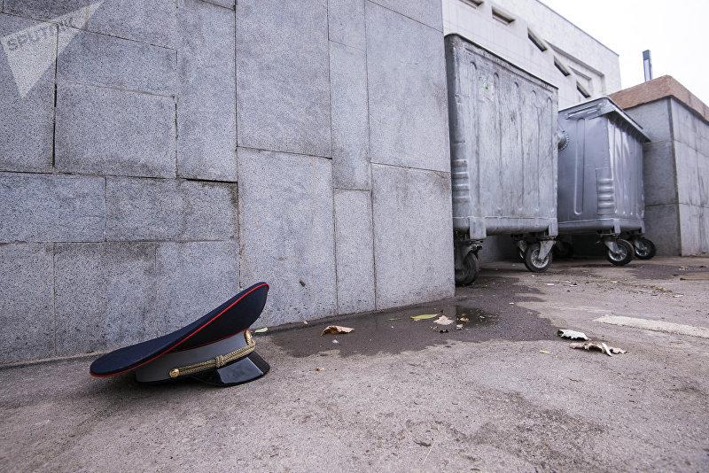 Фуражка сотрудника ГУОБДД МВД КР, найденная возле мусорки